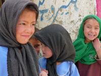 Pákistánské děti cestou pod kopec. Žádný strach ztéto neklidné země. Chovejte se tak, jako byste byli nanávštěvě arespektujte místní zvyklosti. Tím minimalizujete případné nebezpečí.