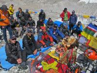 Puja pod Everestem aLhotse. Bez tohoto budhistického rituálu, který by vám měl zaručit šťastný návrat zkopce, se nikam nevydáváme.