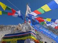 """Čorten """"vysvěcen"""". Stejně jako naše výbava, se kterou budeme stoupat přes nebezpečný ledovec Khumbu až dostěny Lhotse. Ćím výš, tím lépe. Aklimatizační metry se nám budou nanebezpečné Annapurně hodit."""
