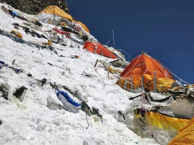 K2 2014 / Výškové tábory na K2 nepatří k těm nejpohodlnějším místům, kde můžete přespat. Moc prostoru tam není a vítr většinou fičí mnoho.