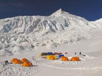 Základní tábor je vevýšce Mt. Blancu cca 4800m. Vroce 2011 spousta sněhu.