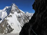Šli jsme tak pomalu, že jsme měli spoustu času se kochat výhledama - :-) Ledovec se základním táborem již hluboko pod námi.