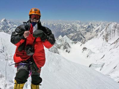 Gasherbrum 2009 / Vrchol mé první osmitisícovky Gasherbrum I. Kosa. Fičí. Foto a rychle dolů. I když raději jsem měl jít pomaleji :-( Ten pád bych již opakovat nechtěl.