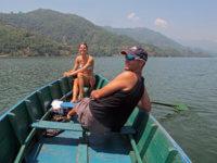 """... v Pokhaře. Lázeňské městečko nabřehu jezera, kde se naše tělíčka dávala dohromady ahlava se připravovala navýstup naasi nejobtížnější """"osmu"""" Annapurnu. Zde jsme se potkali sKristínou, Radkovo přítelkyní."""