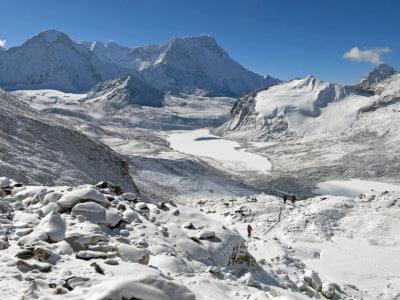 Mera Peak a Ampulapcha Pass 2018 / Výhledy při dlouhém výstupu do sedla stály za to. Letos jsme byli s pomocí našich šerpíků (díky za to) první skupina, které se podařilo projít. Asi 5 grup otáčelo.
