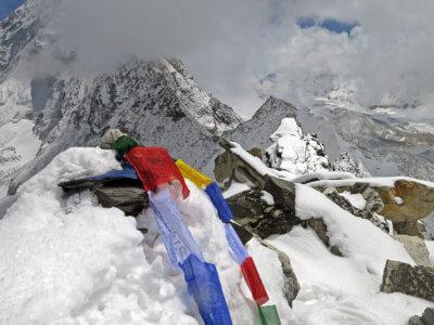 Mera Peak a Ampulapcha Pass 2018 / Povinné modlitební praporky na vrcholku sedla a už jen dlouhý, a to fakt dlouhý sestup do civilizace. Do první lodžie.