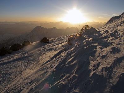 Manaslu 2011 / Brzo ráno někde ve výšce 7400m. Zbytky stanů v posledním výškovým táboře. Pěkná kosa byla.
