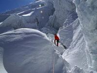 Průstup ledopády pod hrozivými séraky není nikde moc příjemný. Azde jdeme ještě co noha nohu mine. Jsme již vysoko. Dýchání je dost na prd.