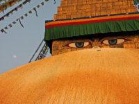 """Budhovy vědoucí oči – konečně zase """"doma"""". Směsice budhistických chrámů ahinduistických svatyní vytváří jedno znejzajímavějších měst nasvětě. Nepál, Káthmandu, zde nafotce Budhanát."""