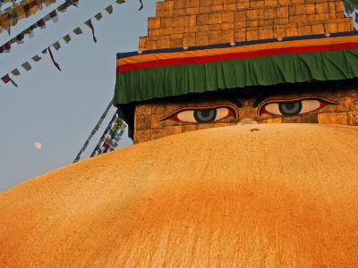 """Budhovy vědoucí oči – konečně zase """"doma"""". Směsice budhistických chrámů a hinduistických svatyní vytváří jedno z nejzajímavějších měst na světě. Nepál, Káthmandu, zde na fotce Budhanát."""