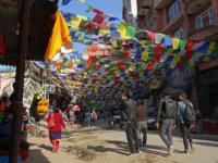 Kathmandu abudhistické vlaječky všude možně. Krásné to město.