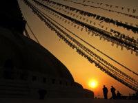 Ipřes expediční přípravy před odjezdem natrek kolem Manaslu anásledný přesun dozákladního tábora jsme si našli čas nazápad slunce, romantiku :-)