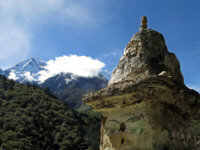 Budhistická stupa. Jedna znejstarších apůvodních nacestě. Pozor! Obcházíme zleva!