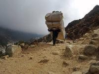 Tyto nosiče potkáváme až nacestě zpět, kdy se napojujeme nahlavní trekařskou cestu naKala Pathar adozákladního tábora pod Everestem.